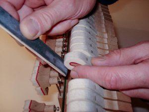 Cale à poncer les marteaux d'un piano droit