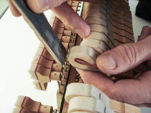Ponçage de marteaux sur un piano droit