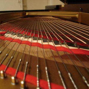 Chevalet de basses d'un piano à queue