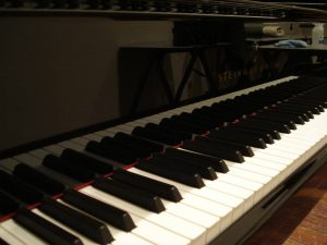 Clavier de piano vu de gauche