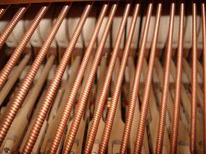 Cordes filées sur un piano à queue