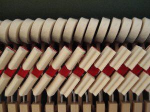Etouffoirs et marteaux de basses d'un piano droit