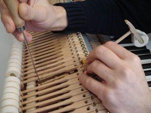 Réglage des chevalets d'un piano à queue