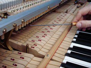 Réglage des échappements sur un piano à queue