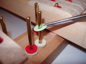 Pose de mouches en papier pour le dressage d'un clavier de piano