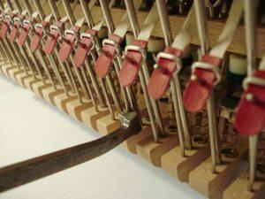Outil de réglage des lanières sur un piano droit